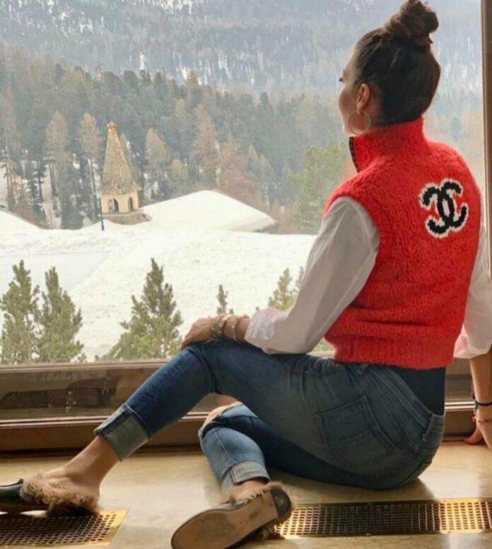 Elisabetta Gregoraci Instagram: una mules Gucci per il relax in baita